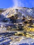 在黄石NP的Mammoth Hot Springs大阳台 免版税图库摄影