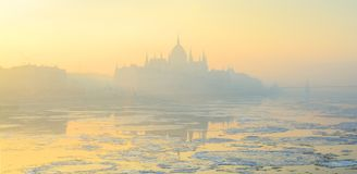 在黄色冬天阴霾的布达佩斯地平线 免版税库存图片