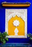 在黄色和蓝色的伊斯兰教的窗口 免版税库存照片