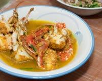 在黄色咖喱的油煎的螃蟹 图库摄影