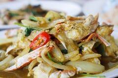 在黄色咖喱的油煎的螃蟹 免版税图库摄影