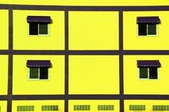 在黄色墙壁上的窗口 图库摄影