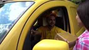 在黄色搬运车的传讯者给包裹女性顾客 影视素材