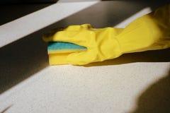 在黄色橡胶手套洗涤的表面的手 大扫除 E 库存图片