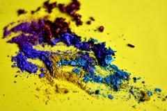 在黄色的被击碎的眼影特写镜头 库存图片