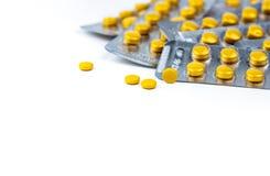 在黄色的选择聚焦压片在圆的黄色药片天线罩包装被弄脏的背景的药片  Diclofenac医学 库存图片