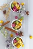 在黄色碗的新鲜的玉米花在白色木桌上 选择聚焦 免版税图库摄影