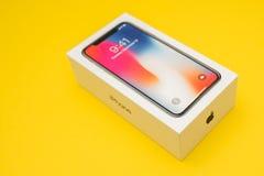 在黄色背景安置的新的苹果计算机Iphone x旗舰智能手机 库存图片