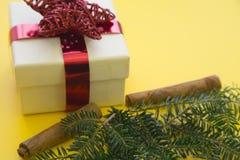 在黄色背景的一个礼物盒 免版税图库摄影