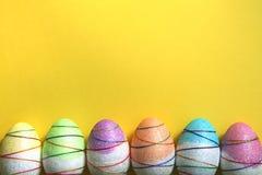 在黄色背景的复活节彩蛋 免版税图库摄影