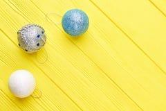 在黄色背景的圣诞节装饰球 图库摄影
