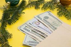 在黄色背景的圣诞节装饰 库存照片