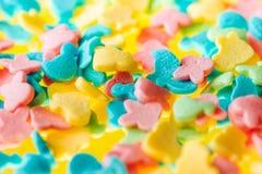 在黄色背景的多彩多姿的糖果 免版税图库摄影
