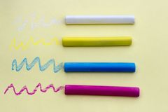 在黄色背景的多彩多姿的蜡笔,被隔绝 免版税库存照片