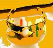 在黄色背景的太阳镜 皇族释放例证