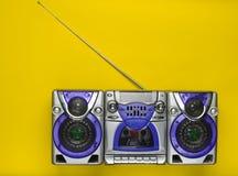 在黄色背景的守旧派减速火箭的磁带recorde 库存照片