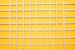 在黄色背景的抽象木样式 大厦概念创造性墙壁的现有量lego 图库摄影
