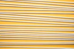 在黄色背景的抽象木样式 大厦概念创造性墙壁的现有量lego 免版税库存图片