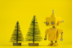 在黄色背景的机器人 库存图片