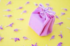 在黄色背景的桃红色礼物盒与花 欢乐概念   免版税库存照片