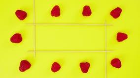 在黄色背景的生气蓬勃的草莓停止运动 股票视频