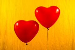 在黄色背景的红色心脏轻快优雅 免版税库存图片