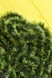 在黄色背景的绿色闪亮金属片 库存图片