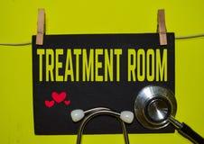 在黄色背景顶部的治疗室 库存照片
