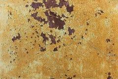 在黄色被绘的金属的铁锈背景 免版税库存照片