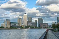 在黄雀色英国伦敦泰晤士英国码头间 免版税图库摄影