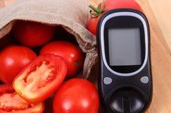 在黄麻袋子和葡萄糖米的蕃茄检查的糖水平、健康生活方式和营养概念 免版税库存图片