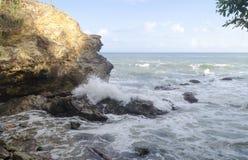 在黎明光的Blanchisseuse岩石 免版税库存照片