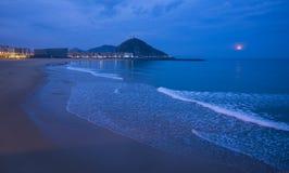 在黎明月亮在海,市的海岸掩藏圣塞瓦斯蒂安Donostia 库存图片
