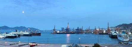 在黎明期间的集装箱码头,希腊 库存照片