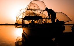 在黎明的渔船 库存图片