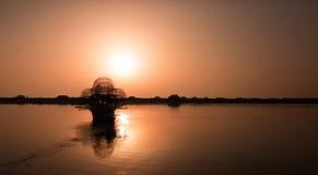 在黎明的渔船 免版税库存图片