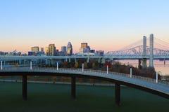 在黎明的路易斯维尔,肯塔基地平线 免版税库存照片