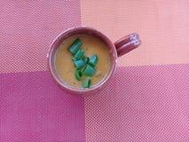在黏土杯子的虾汤 库存照片