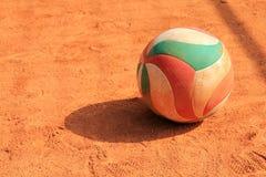 在黏土的排球球 免版税库存照片