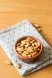 在黏土的杏仁在一张木桌上滚保龄球 免版税库存照片