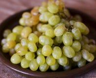在黏土褐色盘的绿色葡萄 库存图片