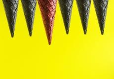 在黑一个中的红色冰淇淋锥体作为是的标志你自己和独特 yor艺术和文本的拷贝空间 免版税图库摄影