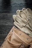 在黑人委员会的皮革大厦传送带安全手套 免版税库存图片