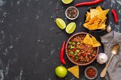 在黑具体背景的辣豆汤,文本的空间 墨西哥食物,顶视图 免版税库存照片