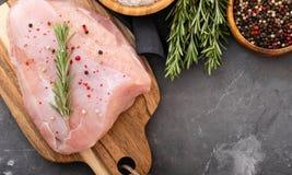 在黑切板的未加工的火鸡内圆角用香料和草本 烹调鸡蛋的桂香撒粉于成份螺母香料糖香草 自然健康食物概念 顶层 免版税库存照片