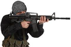 在黑制服和黑白shemagh打扮的叛乱者与m4攻击步枪 库存图片