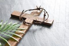 在黑大理石背景宗教摘要棕枝全日概念的复活节木十字架 免版税库存图片