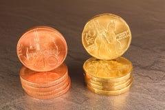 在黑大理石背景的二十枚和十枚捷克冠硬币 图库摄影