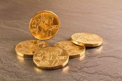 在黑大理石背景的二十枚捷克冠硬币 库存图片