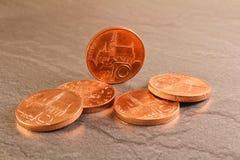 在黑大理石背景的十枚捷克冠硬币 免版税图库摄影